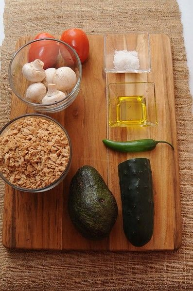 Ingredientes para toda la receta 2 cucharadas de aceite de oliva extra virgen sal de grano al gusto Help 1 pieza de limón 1 pieza de aguacate 6 ramas de cilantro 6 piezas de champiñones 1/2 pieza de pepino 1 pieza de chile serrano 2 piezas de jitomate guaje 250 gramos de soya texturizada